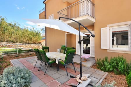 Lovely and spacious two bedroom apartment in Bol - Bol - Διαμέρισμα