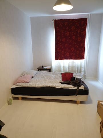 Nice room 5 min from metro.20 min from T-centralen