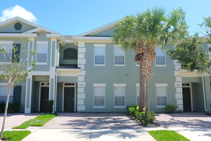 4BR/3BA TownHome/hot tub, Near Disney FRONT VIEW WITH 3 PARKING SPACES