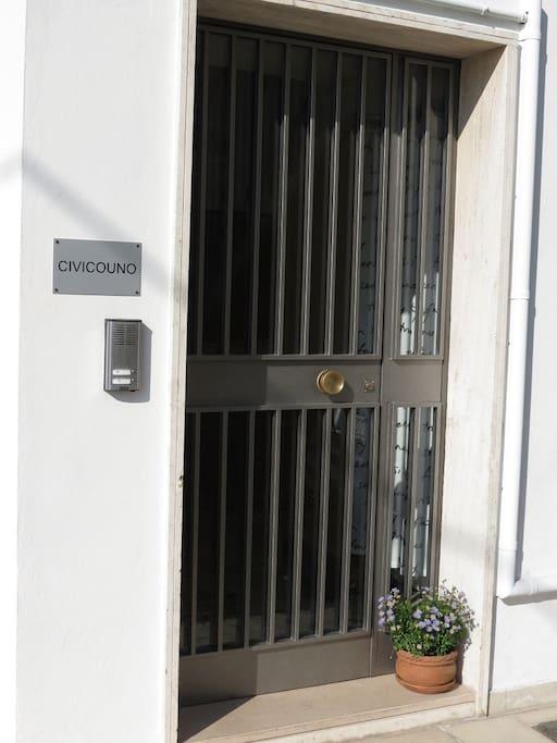 L' entrata / The entrance