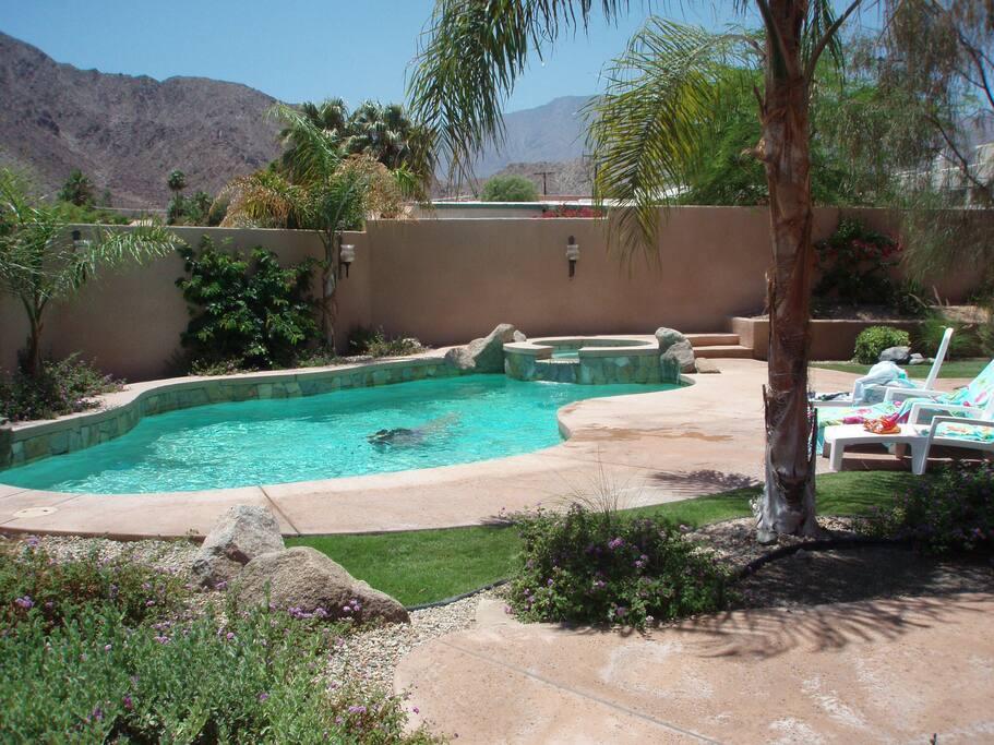 Heated swimming pool / Piscine chauffée et illuminée avec Jaccuzi- vue sur montagne