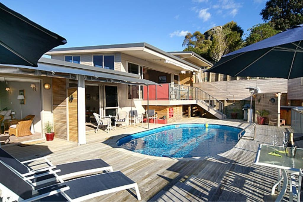 Waimanu Lodge Guest deck and swimming pool