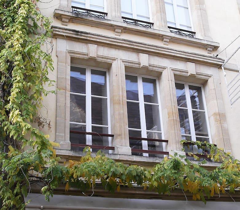 La façade de l'immeuble en pierres de taille rue Tourny, au cœur de la cité médiévale.