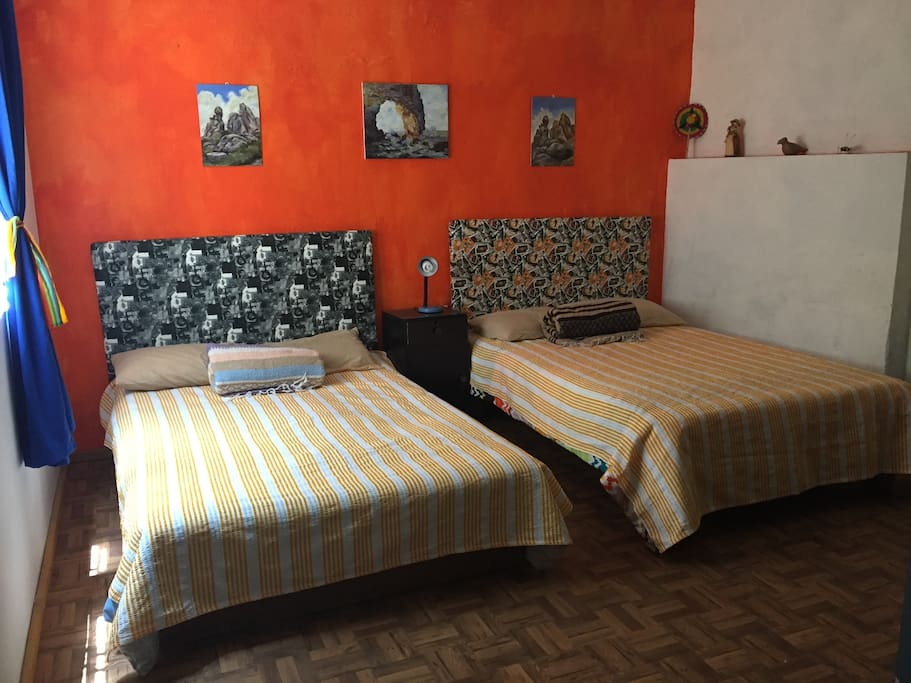 Habitación 1: dos camas matrimoniales.