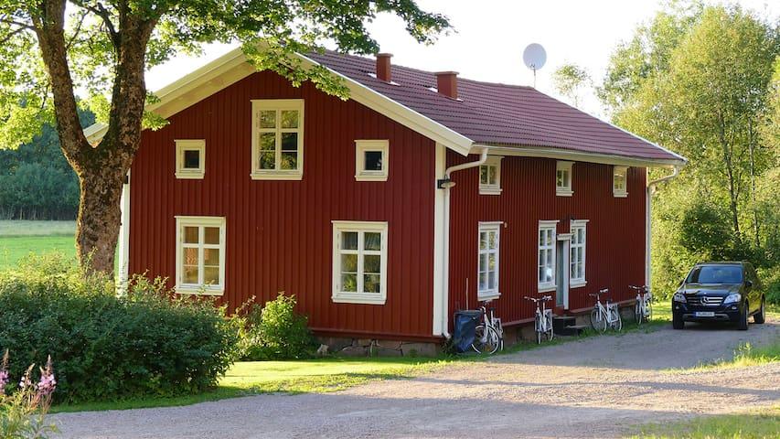 Edvinshuset, rött timmerhus med vita knutar - Lerbäcksbo - Lain-lain