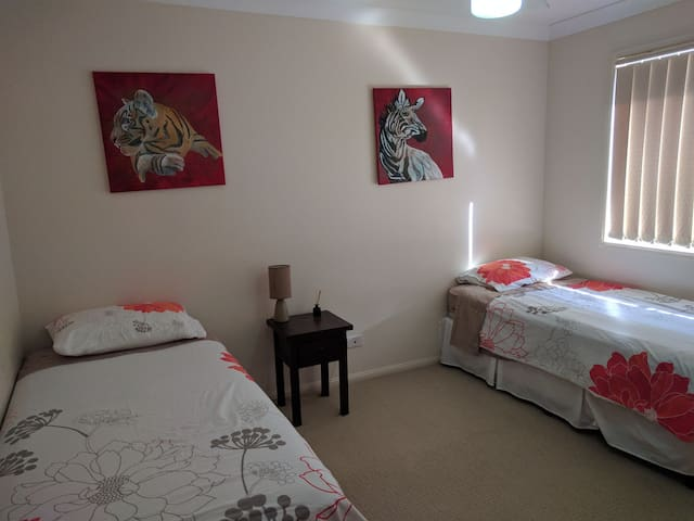 Room with two single beds - Springfield Lakes - House