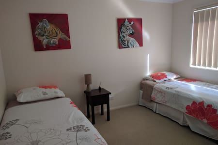 Room with two single beds - Springfield Lakes - Huis