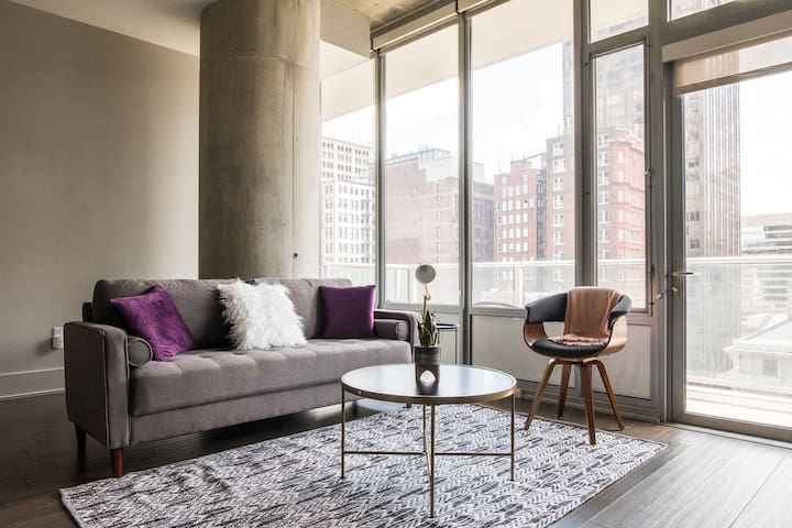 City Views @ 1br High-Rise w/Balcony | Walk to All