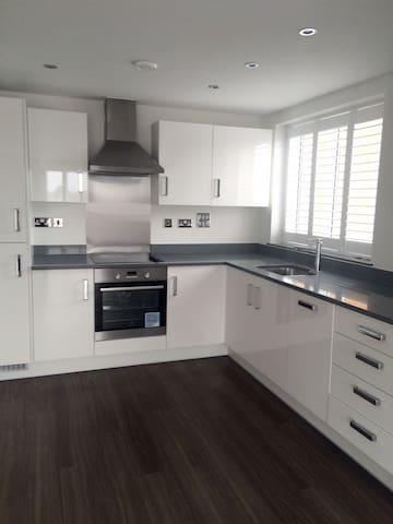 Modern & Luxurious Apartment near station, shops - Surbiton - Departamento