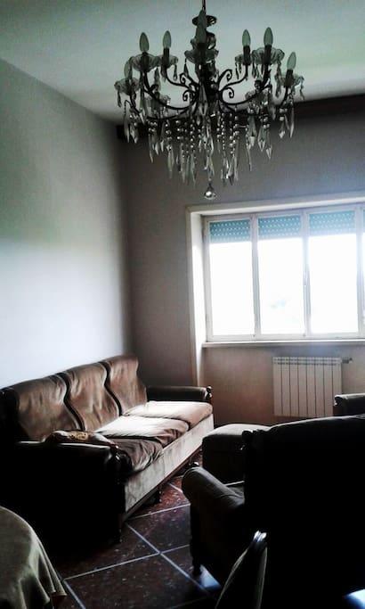 Sala pranzo, con divano-letto singolo e poltrone