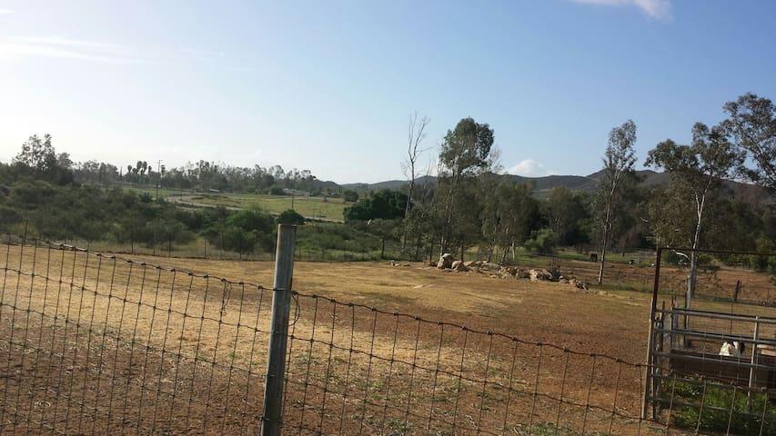 Rural & Rustic Hacienda 3bds 4 beds - Menifee - บ้าน