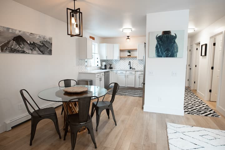 GRAYSCALE CONDO - Clean, close to I-90/Skiing