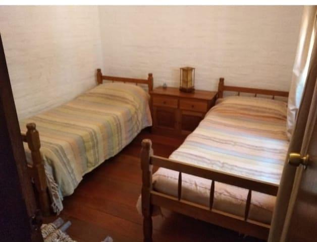 Dormitorio con camas de 1 plaza y 1 plaza y media.