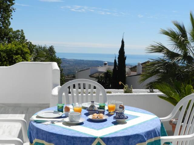 CHAMBRE SUR TERRASSE FACE A LA MER - B and B - Marbella - Bed & Breakfast