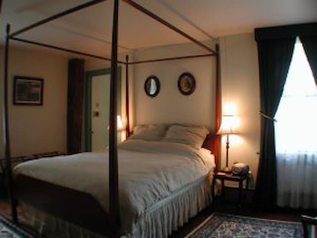Denison Room, Stonington, Colonial Home, c1710 - Stonington - Bed & Breakfast