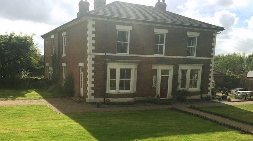 Large double bedroom overlooking gardens - Linton Heath