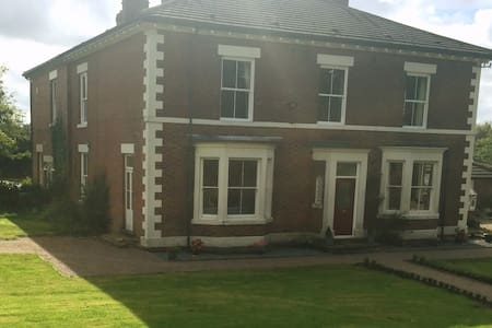 Large double bedroom overlooking gardens - Linton Heath - Ev