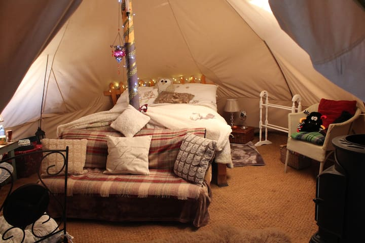 Woody's Cosy Indoor Winter Glamping Experience
