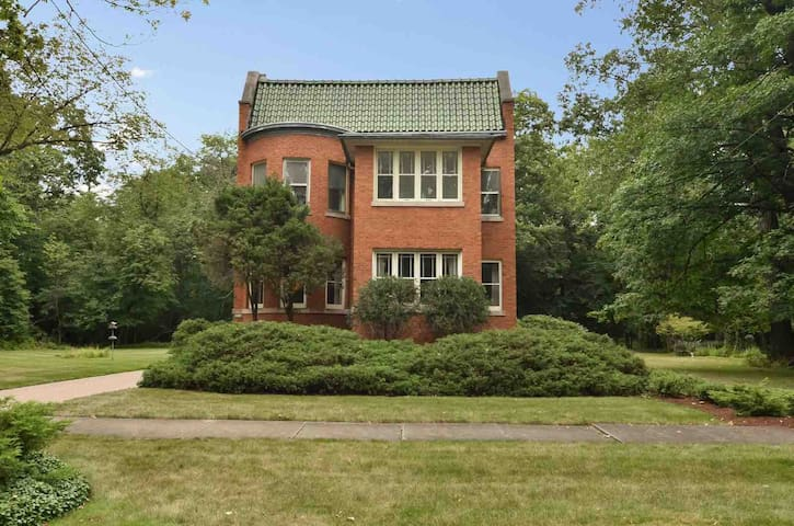 Spacious apartment in wooded historic neighborhood