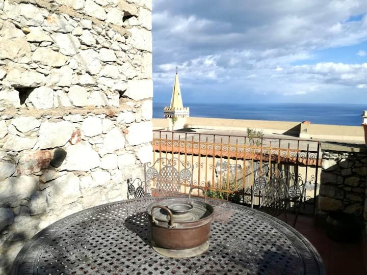 House with 2 bedrooms in Taormina, with wonderful sea view, furnished terrace and WiFi - 3 km from the beach