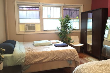SUNNY ROOM WITH 2 QUEEN BEDS NEXT TO METRO :):) D - New York - Apartment