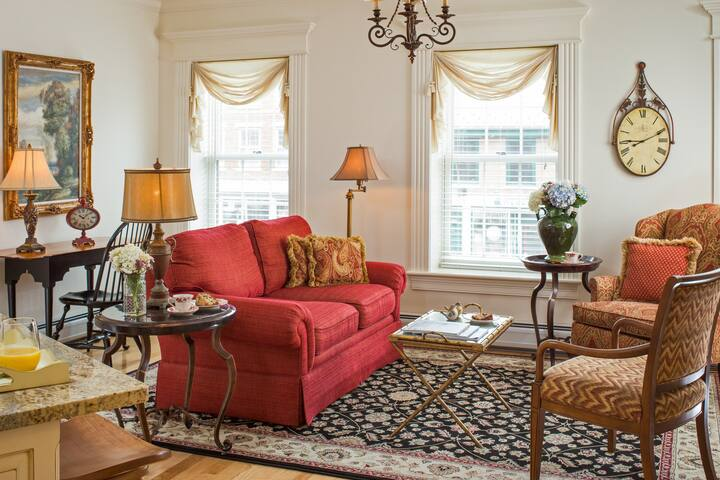Elegant suite w/ full kitchen, private washer/dryer!