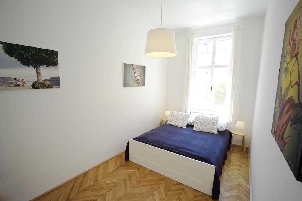 freundliches Schlafzimmer mit großem Doppelbett