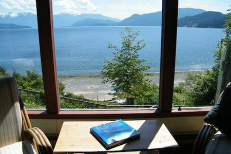 Charming Seascape Cottage - Gibsons