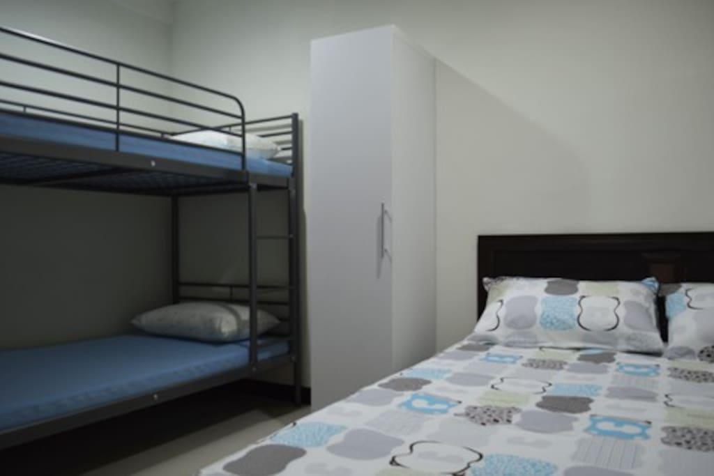 雙人床+上下舖 可以住4人.