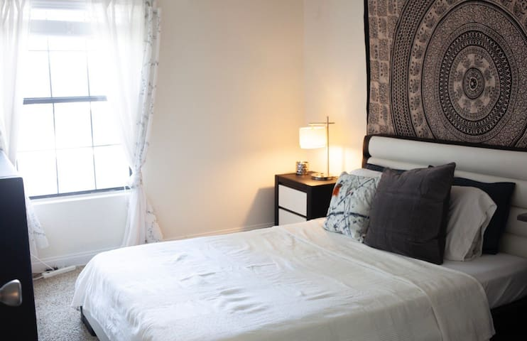 Room+private bathroom+bkfast right by Palms Hotel