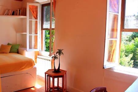 Jolie chambre lumière verdure calme - Le Cannet - House
