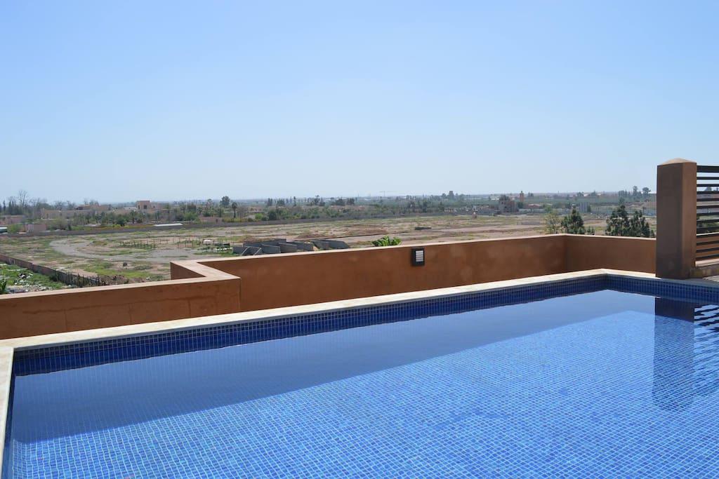 piscine sur le toit et terrasse. Vue sur Atlas imprenable