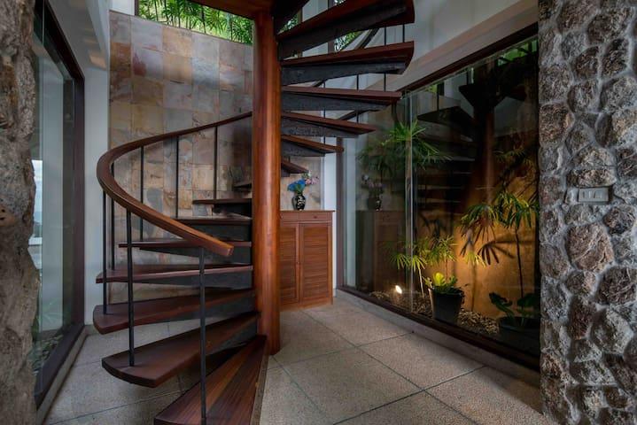 Staris lead to master bedroom, 通往主卧室的旋转楼梯