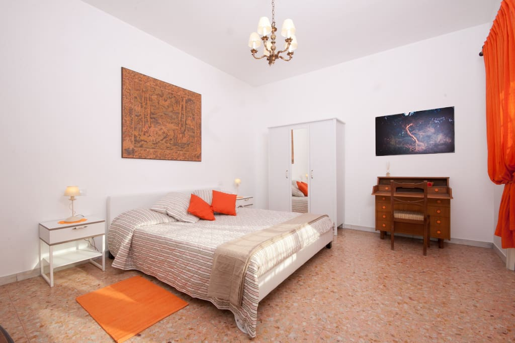 Orange double room with king-size bed (Bedroom 2)