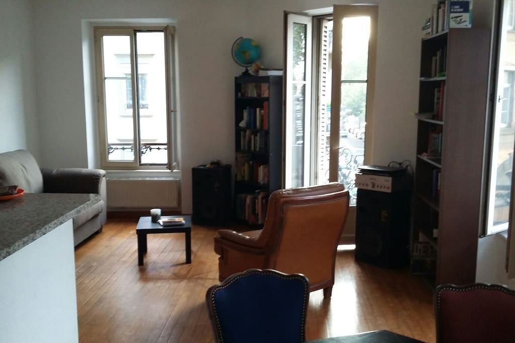salon et balcon  pour les fumeurs / living room and balcony for the smokers