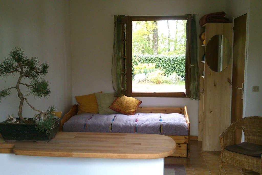 Une pièce à vivre nouvellement rénovée avec 2 lits d'adulte servant de canapé (lits gigognes)