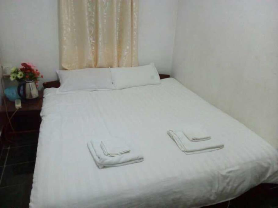 单人间,带独立卫生间,洗刷用品和床铺用品齐全