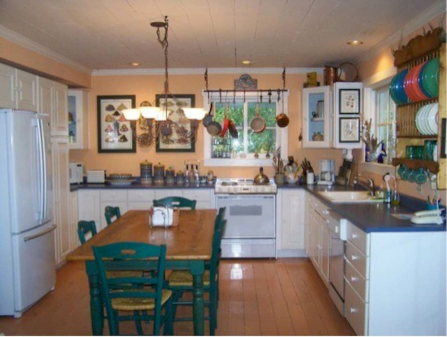 Country-style cook's kitchen and dining table
