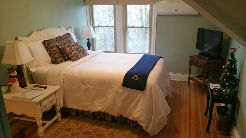Rae's Creek cozy room whirlpool tub - Chambersburg - Bed & Breakfast