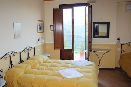 LRT3A3 Triple Room in a Tower - San Piero Patti - Bed & Breakfast