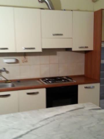 bilocale arredato - roma - บ้าน