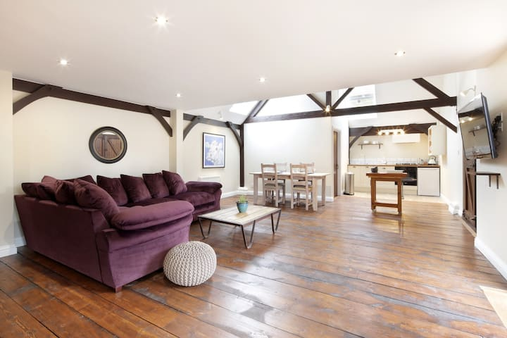 Luxury lodge in 12 acre rural retreat-West Garden