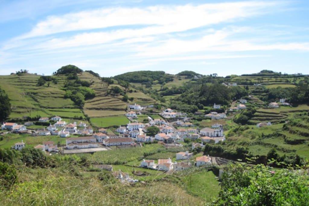 Der Blick von der Terrasse auf das Dorf Santa Barbara.