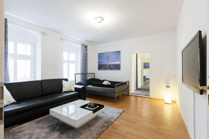 Quiet big Apt in Mitte next to the metro +Netflix