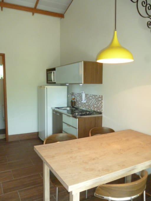 Sala e cozinha conjugadas, acesso a internet, TV a Cabo.