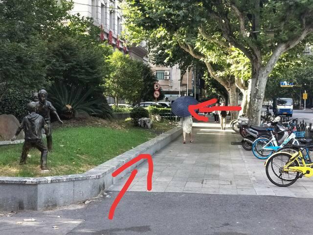 地铁站体育场3号出口,过马路,看到街边的雕塑像,看箭头指示,找到门牌号就到了