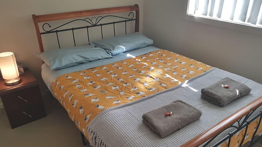 Quiet stop in Nowra bedroom1.