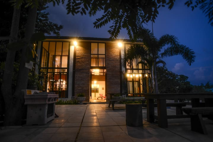 Baan Tid Nam: HUGE Cozy Getaway House by The River - Chiang Mai - House