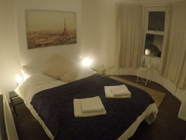 Relaxed homely, Botanics area. Room Paris
