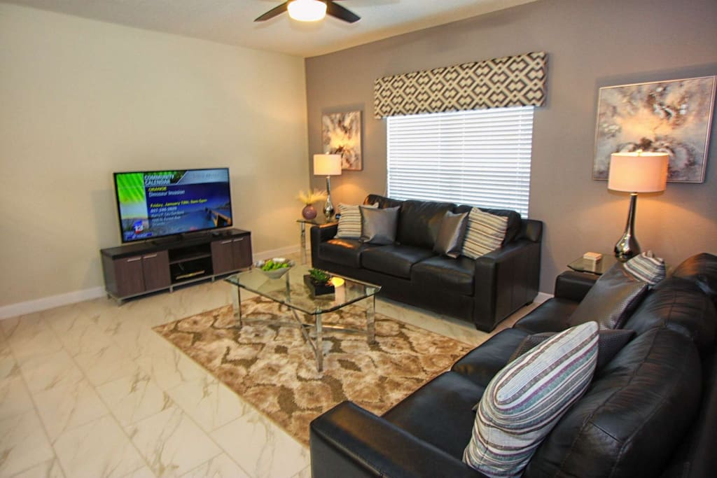 """Leather Sofas, 50"""" Flat Screen TV and Plenty of Room!"""